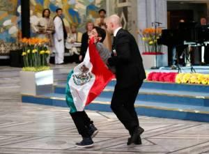 joven bandera mexicana